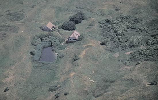 Memmert: Schuppen (links), Wohnhaus (rechts), aus der Focke-Wulf/Piaggio P149D, Juli 1994, Foto (c): Knake