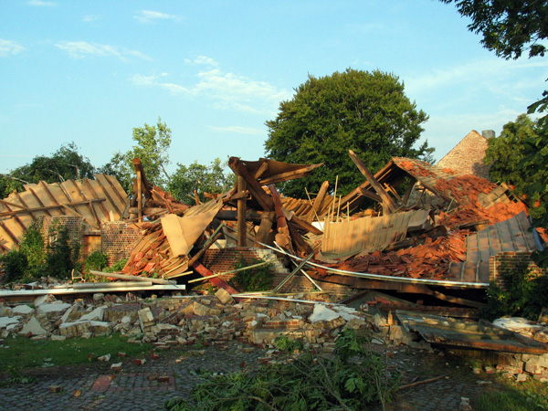 Eine völlig zerstörte Scheune